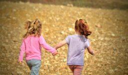 Co jsou duhové rodiny? Jsou špatné pro výchovu dětí?