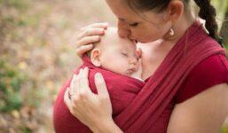 Nošení dětí v šátku a nosítku. Má negativní vliv na zdraví dítěte?