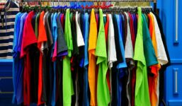 Trendy mezi barvami oblečení. Oblečte si ty, které letos pofrčí