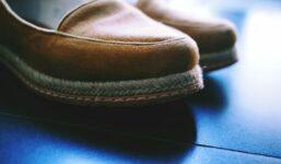 Mokasíny – zastaralá součást botníku naších dědečků?