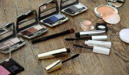 10 věcí, které by neměly chybět ve vaší kosmetické taštičce