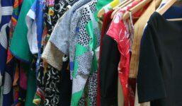 Úklid šatní skříně na podzim